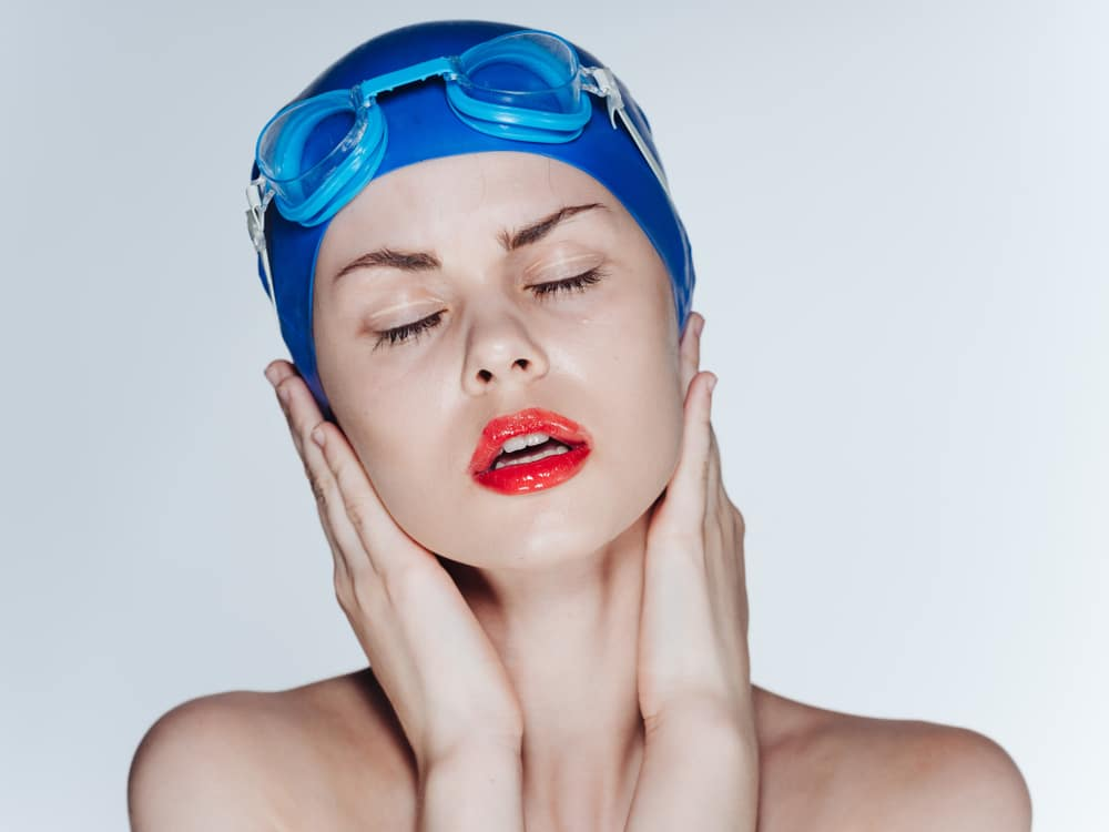 A woman's cap for swimming closed her ears
